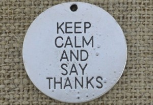 "[307503] Zawieszka ""KEEP CALM AND SAY THANKS"" kolor srebrny"
